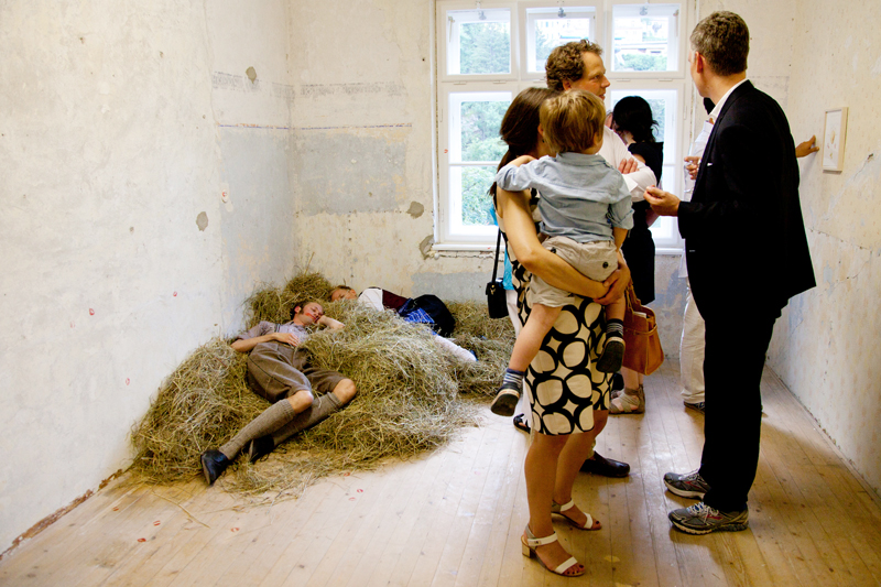© SANDRA BEYER, AMOROUS TÊTE-À-TÊTE, 2013, PERFORMANCE IN COLLABORATION: ANNINA LINGENS & LARS HINRICHS